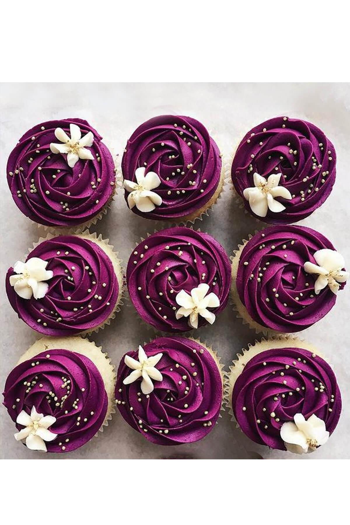 Cupcake xoắn kem đính hoa màu củ dền sang trọng