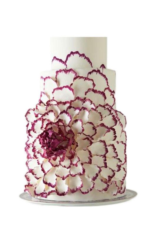 Bánh kem 3 tầng tạo hình hoa bao quanh đẹp lộng lẫy và tinh xảo