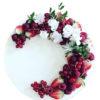 Bánh kem nền trắng trang trí trái cây đỏ tươi kèm hoa lá trông cực ngon miệng