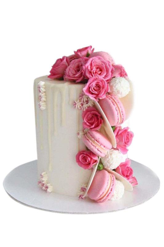 Bánh kem hoa tươi và macaron