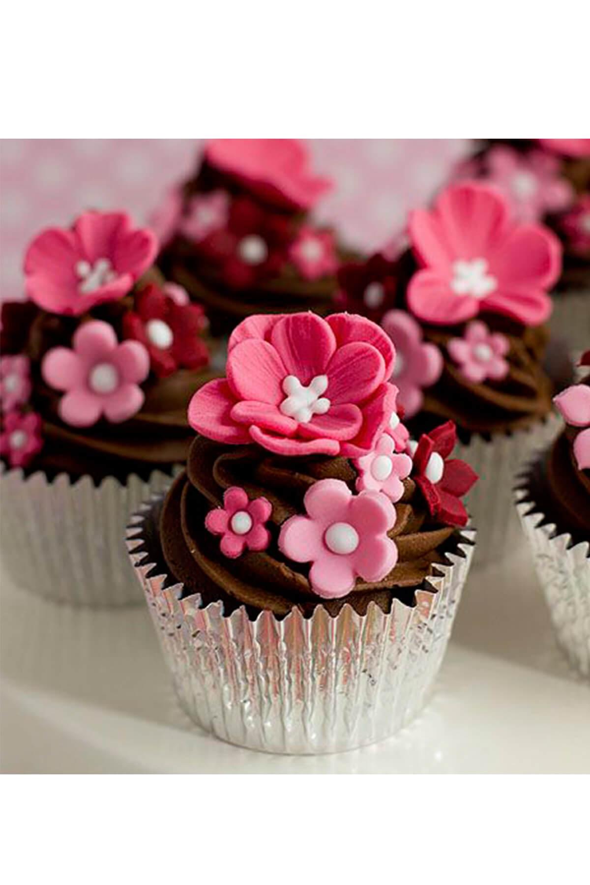 Cupcake socola xoắn kem có trang trí hoa fondant xinh đẹp