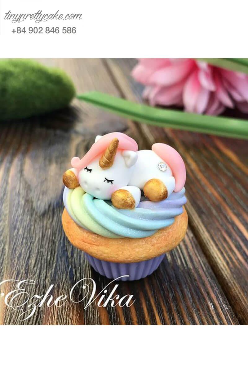 Cupcake hình Unicorn đang thưởng thức giấc ngủ mừng sinh nhật các bé