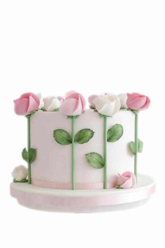 Bánh kem đính cây hoa hồng xung quanh đẹp nhẹ nhàng, tinh tế lấy lòng người nhận