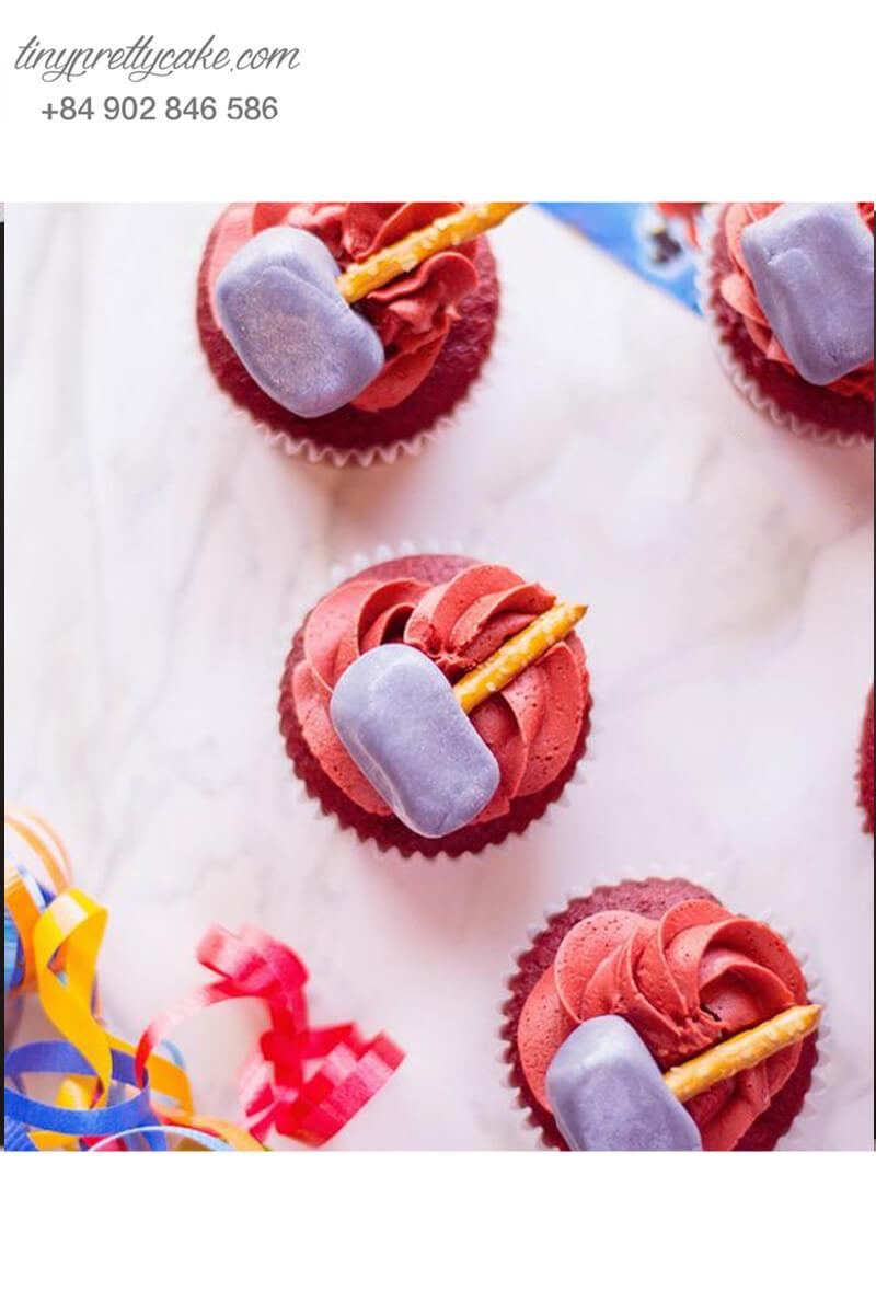 Bánh cupcake hình chiếc búa của Thor mừng sinh nhật bé trai