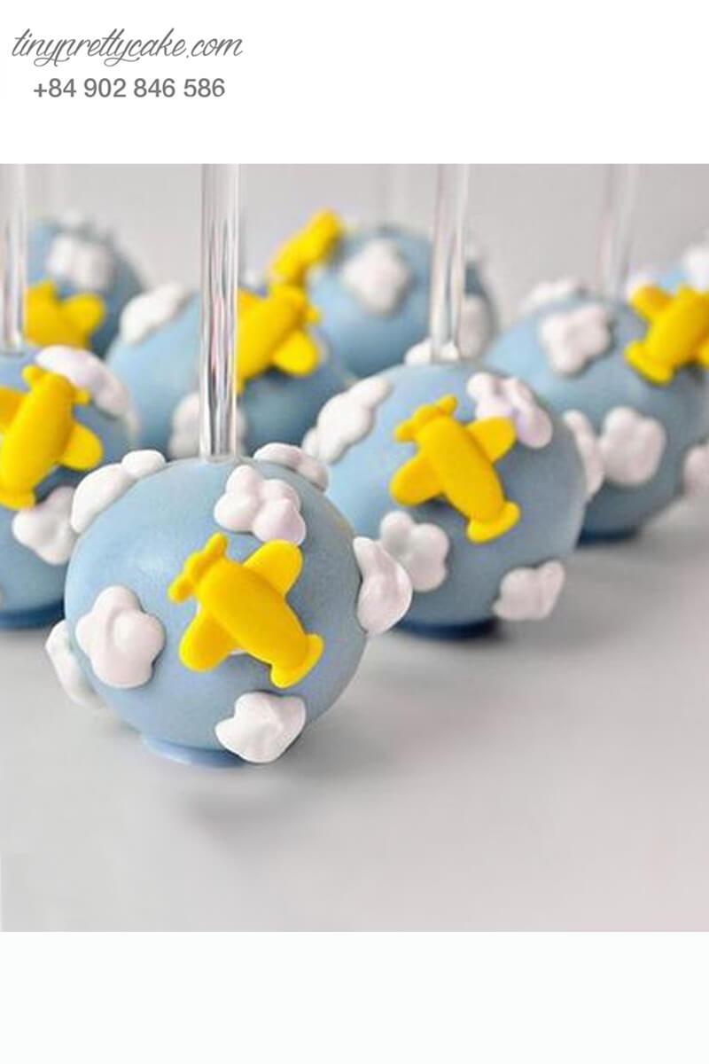 Bánh cakepop tạo hình máy bay và đám mây dùng để trang trí tiệc sinh nhật cho bé trai