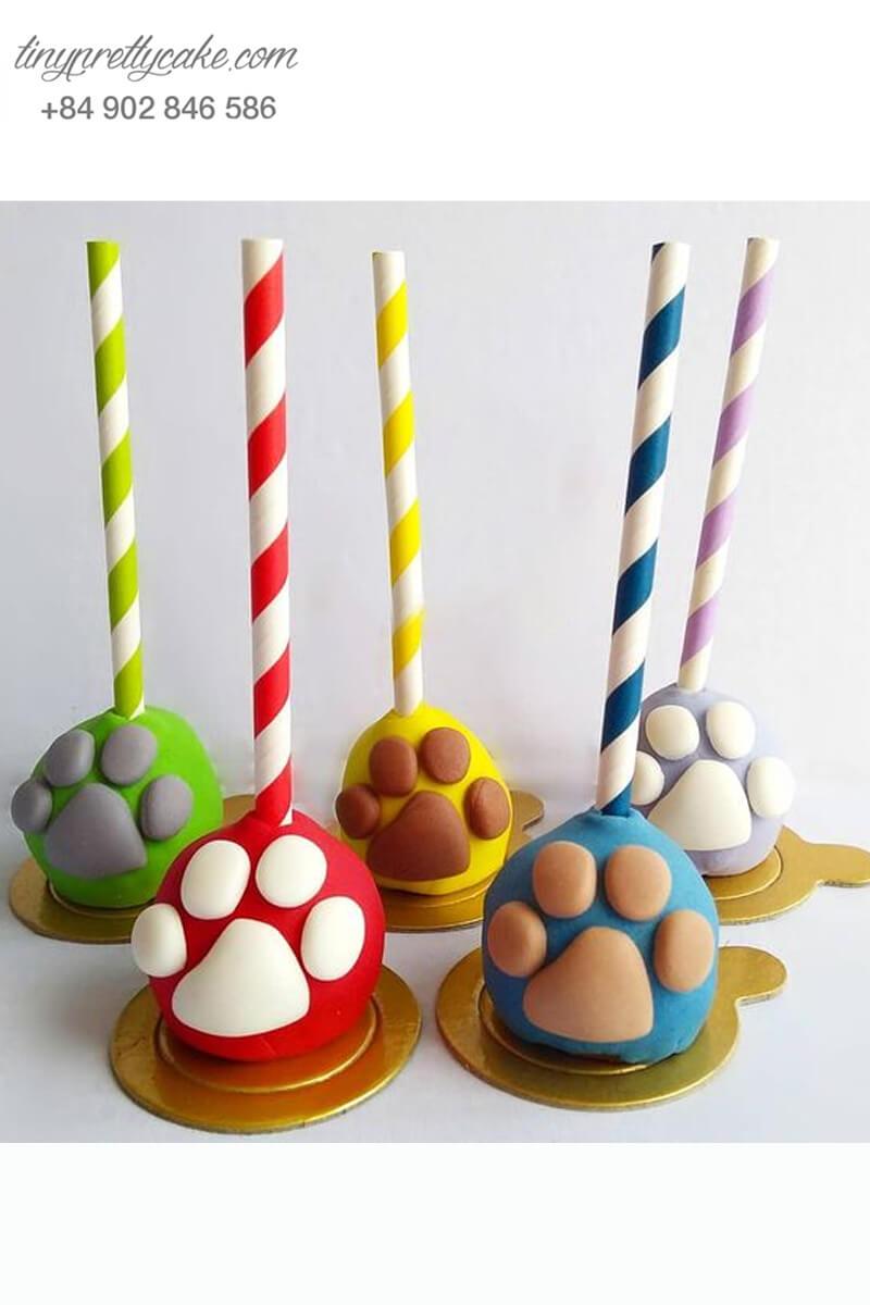 Bánh cakepop tạo hình dấu chân đa sắc màu để trang trí tiệc sinh nhật, thôi nôi cho các bé