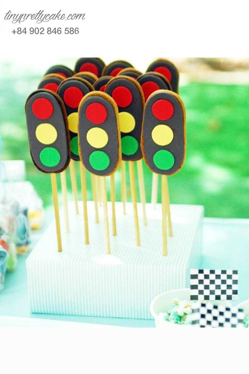 Bánh cakepop tạo hình cây đèn giao thông để trang trí tiệc sinh nhật cho bé trai