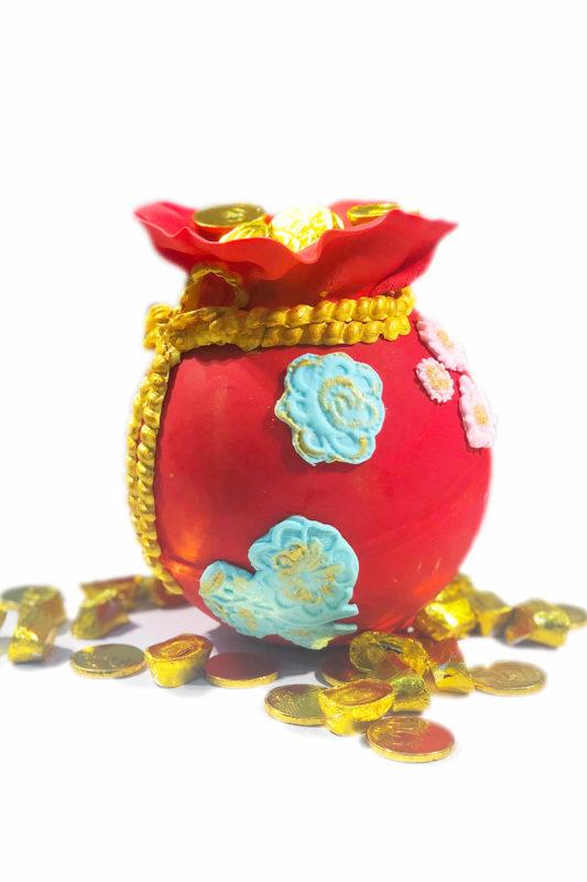 Bánh gato tạo hình túi tài lộc đỏ và đồng xu vàng, mừng công ty khai trương phát đạt